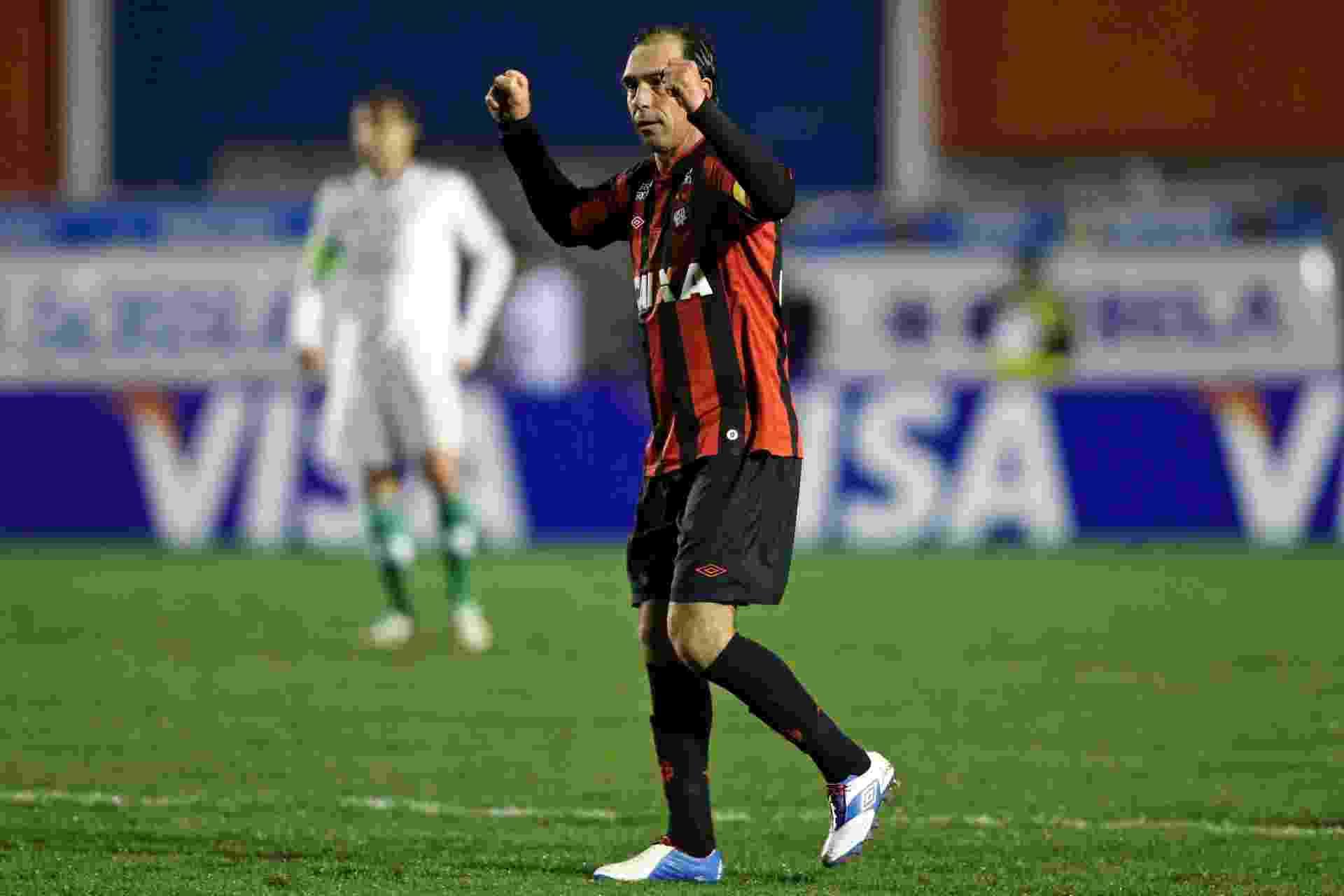 28.08.13 - Paulo Baier comemora gol do Atlético-PR contra o Palmeiras pela Copa do Brasil - AGIF