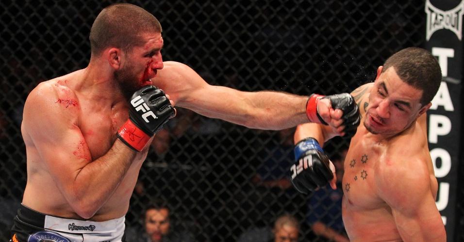 28.08.2013 - Court McGee acerta soco de esquerda no rosto de Robert Whittaker no combate que ele venceu por decisão dividida