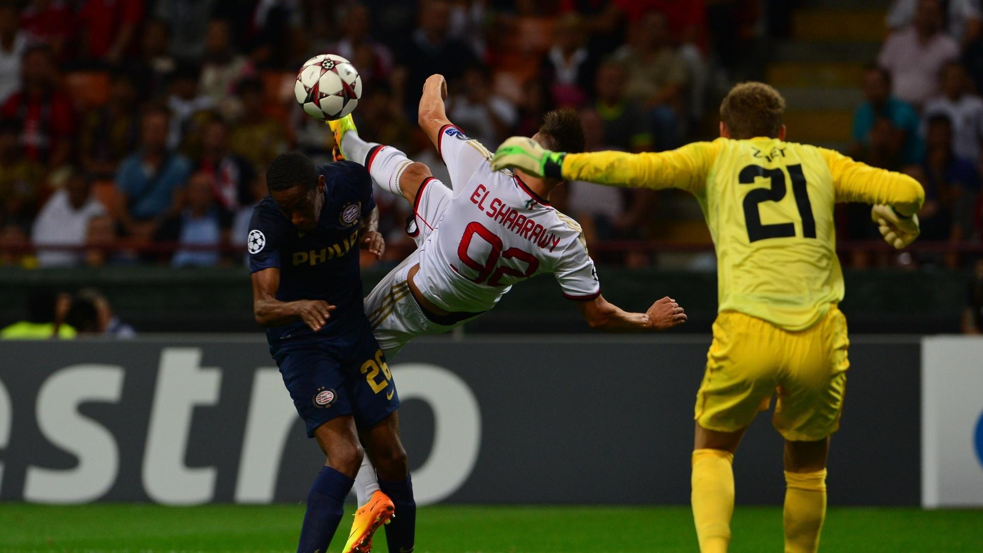 28.ago.2013 - Atacante El Shaarawy, do Milan, tenta uma bicicleta durante a partida contra o PSV pela Liga dos Campeões