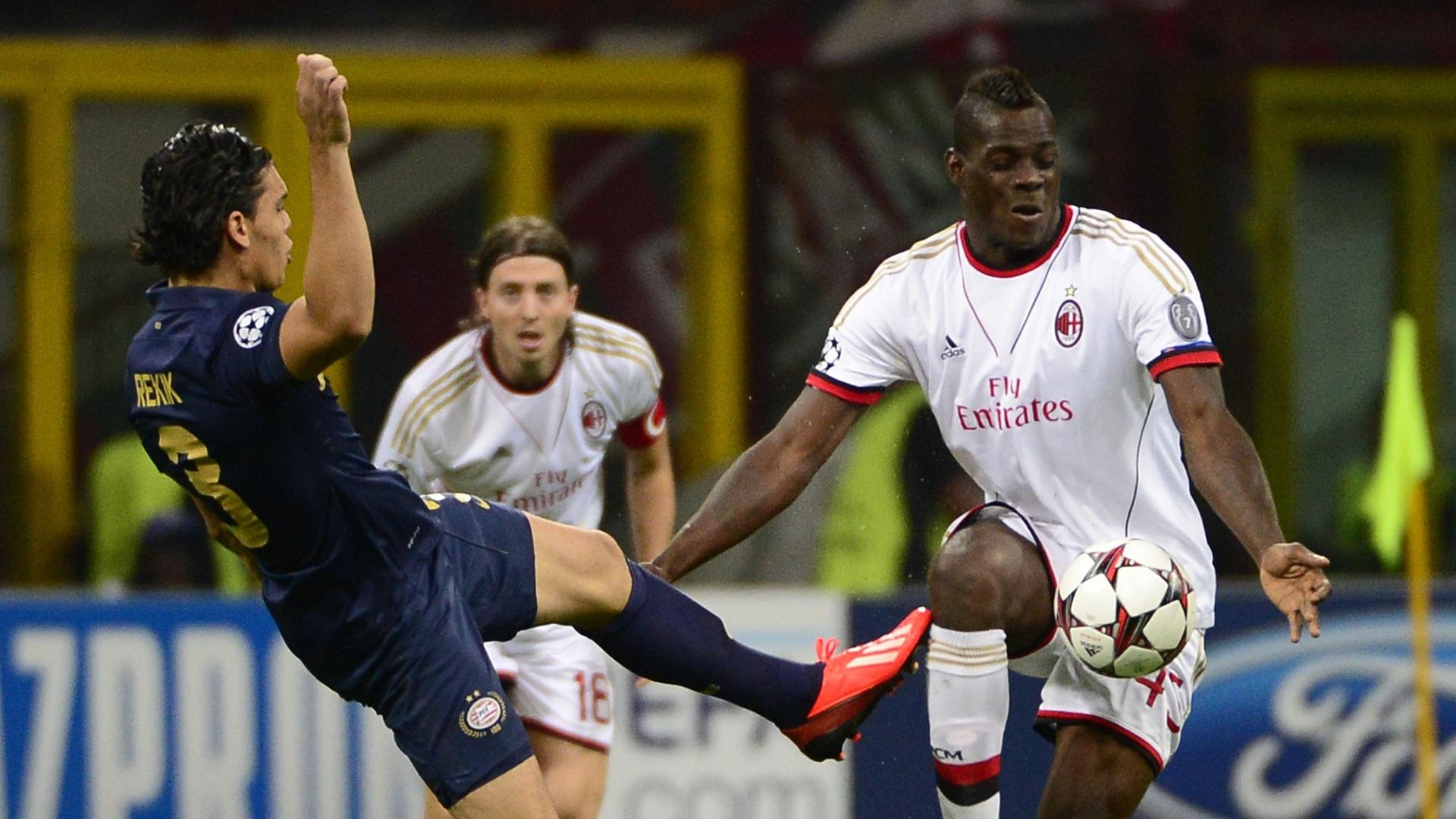 28.ago.2013 - Atacante Mario Balotelli domina a bola cercado por um marcador na partida entre Milan e PSV