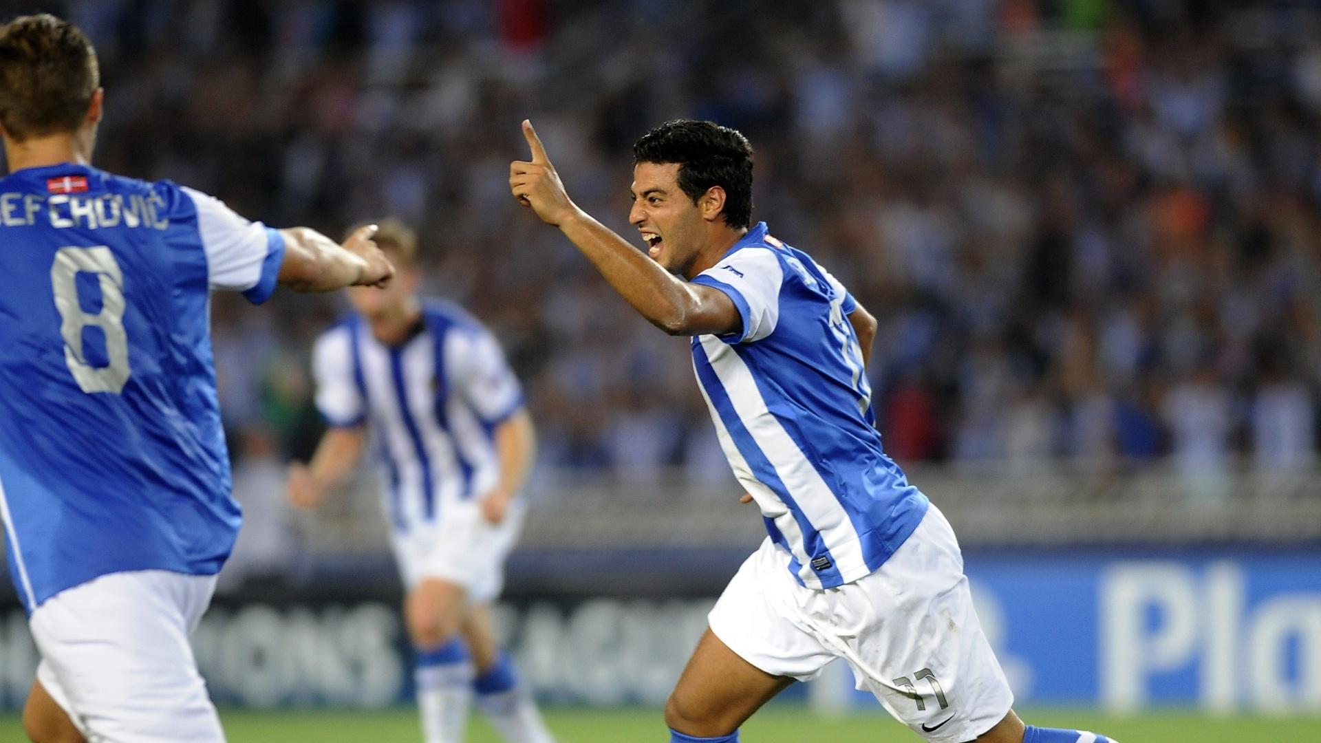 28.ago.2013 - Carlos Vela comemora um dos seus gols na vitória da Real Sociedad sobre o Lyon pela Liga dos Campeões
