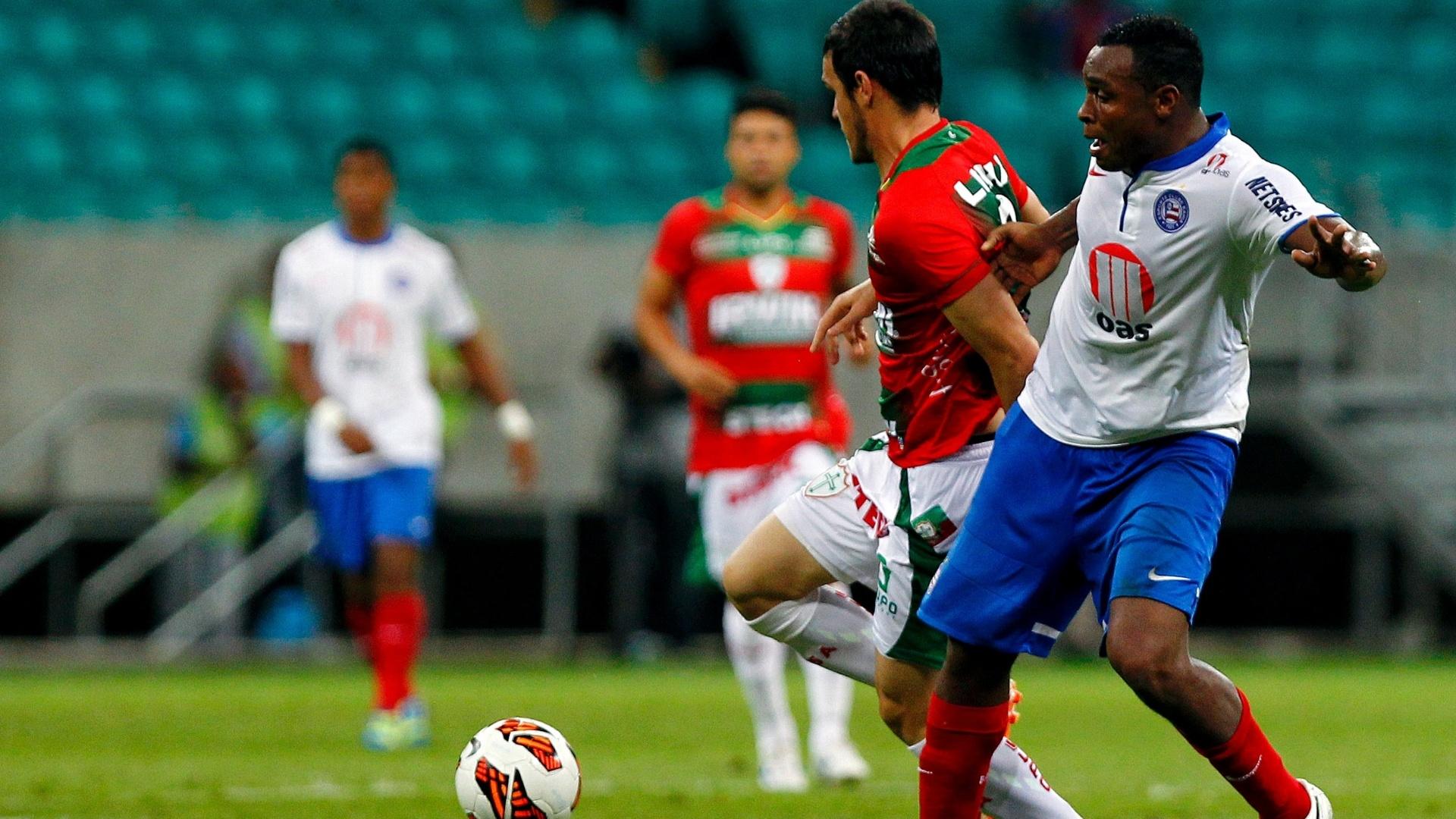 28.ago.2013 - Jogadores de Bahia e Portuguesa disputam a bola no jogo de volta da Sul-Americana na Fonte Nova