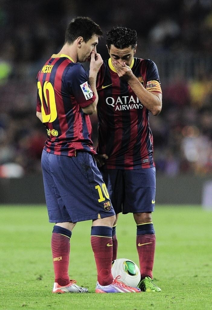 28.ago.2013 - Lionel Messi conversa com Xavi durante partida do Barcelona contra o Atlético de Madri pela Supercopa da Espanha