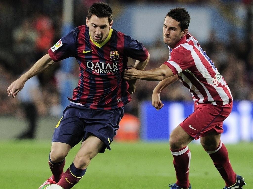 28.ago.2013 - Lionel Messi tenta passar da marcação de Koke na partida do Barcelona contra o Atlético de Madri