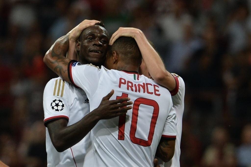 28.ago.2013 - Mario Balotelli é abraçado após marcar o segundo gol do Milan na partida contra o PSV pela Liga dos Campeões