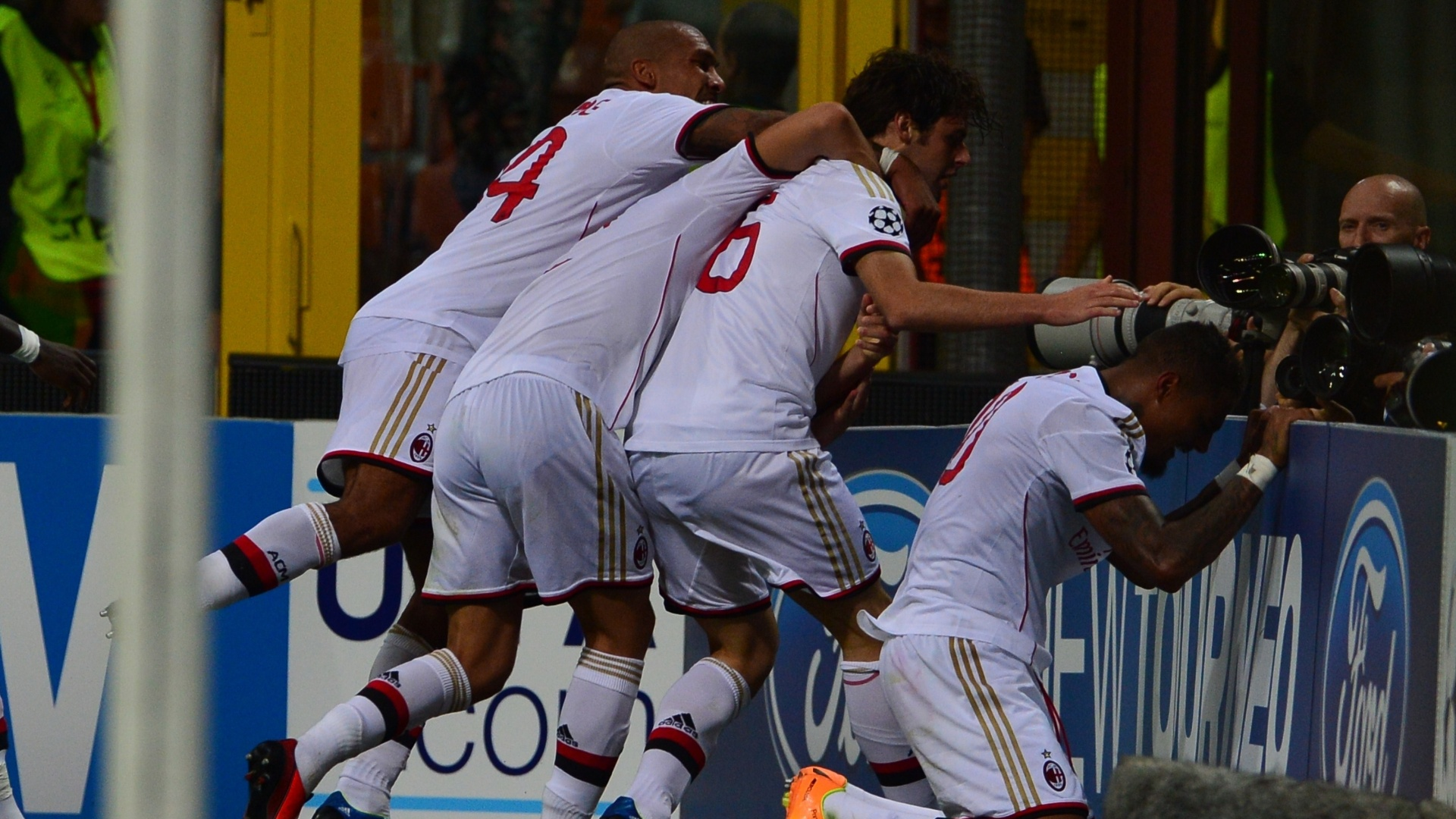 28.ago.2013 - Meia Boateng comemora após marcar seu segundo gol para o Milan na partida contra o PSV pela Liga dos Campeões