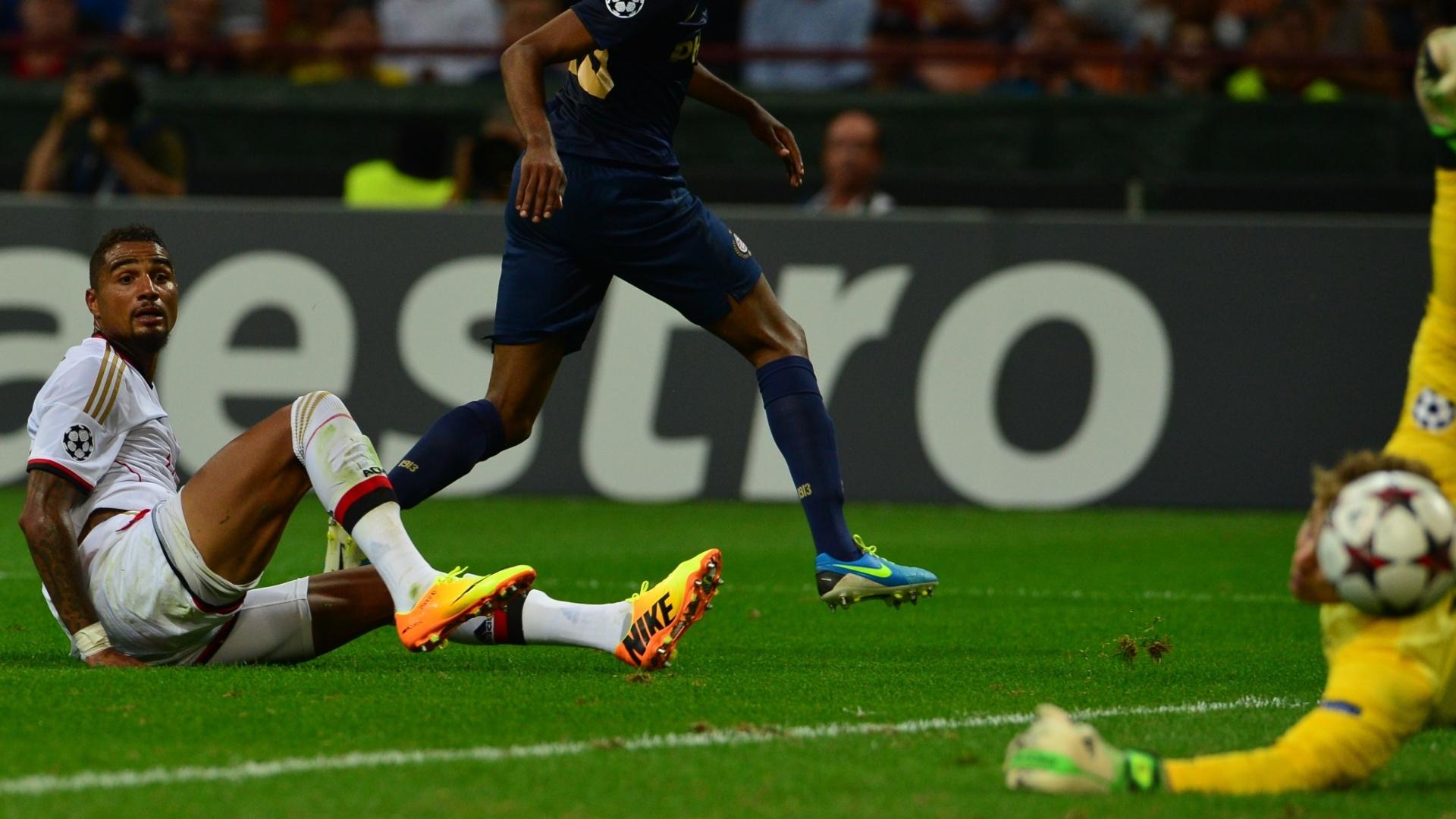 28.ago.2013 - Meia Boateng, do Milan, observa a bola passar pelo goleiro do PSV em partida válida pela Liga dos Campeões
