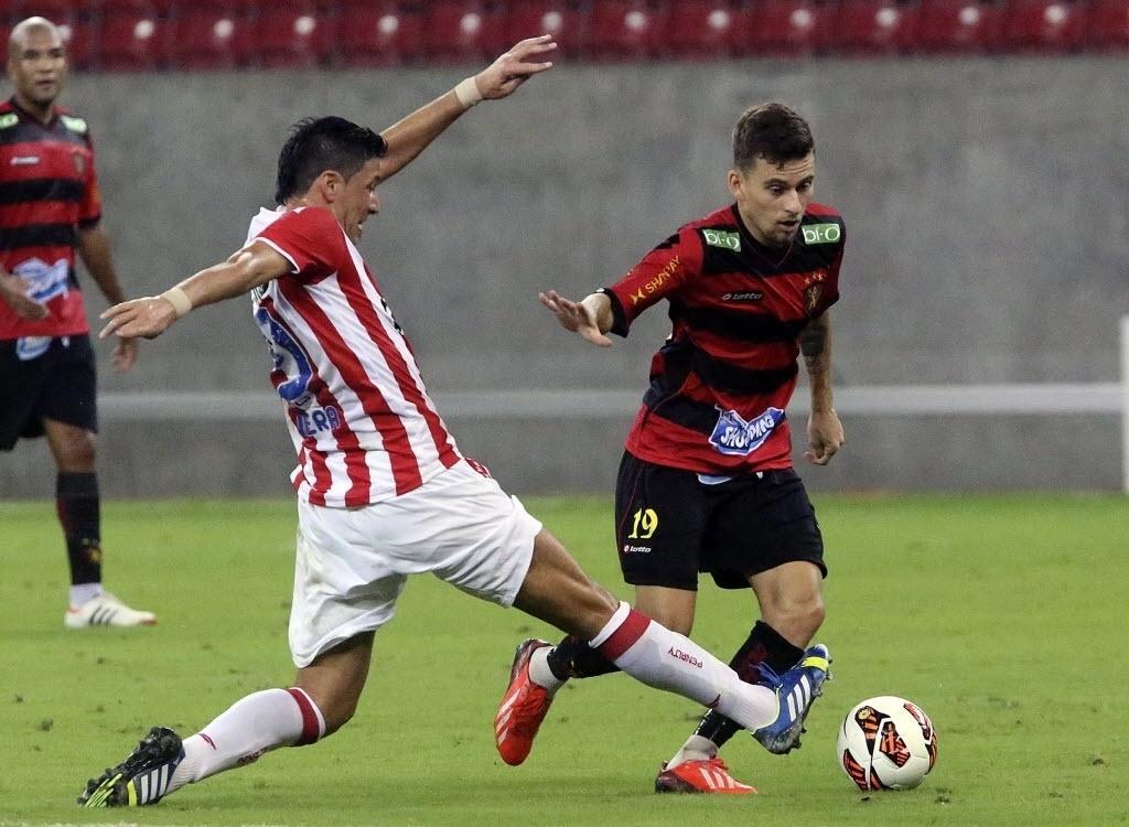 28.ago.2013 - Moralez, do Náutico, disputa bola com Lucas Lima, do Sport, durante clássico pernambucano na Copa Sul-Americana