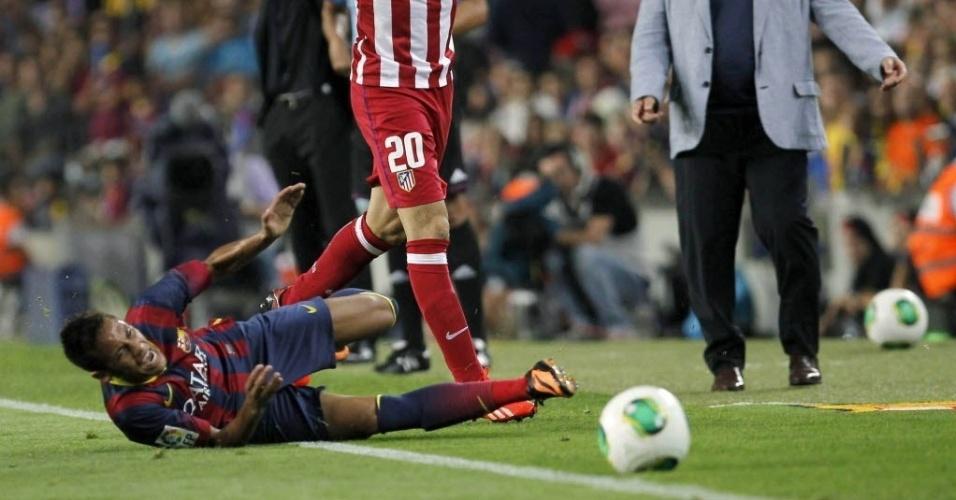 28.ago.2013 - Neymar cai e reclama de falta na partida do Barcelona contra o Atlético de Madri