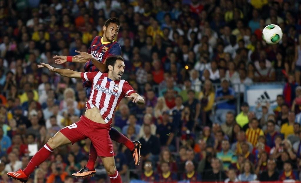 28.ago.2013 - Neymar tenta a finalização de cabeça durante a partida do Barcelona contra o Atlético de Madri, pela Supercopa da Espanha