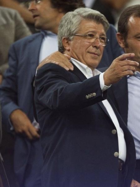 28.ago.2013 - Sandro Rosell (dir.), presidente do Barcelona, e Enrique Cerezo, presidente do Atlético de Madri, se abraçam ao final da partida - EFE/ Alejandro García