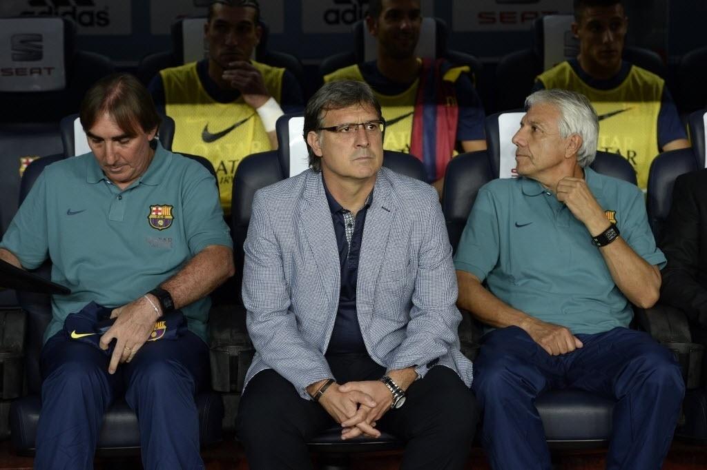 28.ago.2013 - Tata Martino, treinador argentino do Barcelona, assiste ao jogo contra o Atlético de Madri do banco de reservas