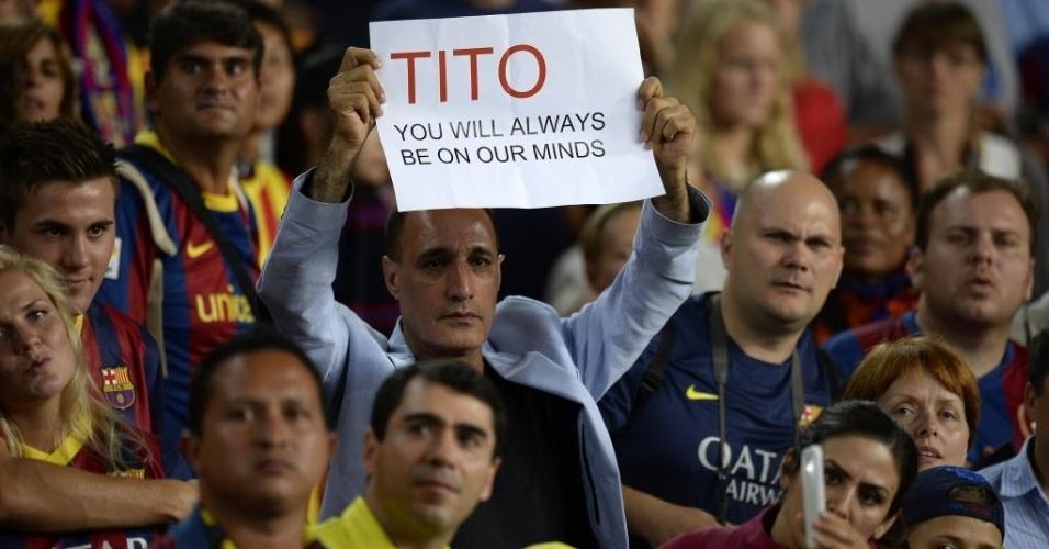 28.ago.2013 - Torcedor homenageia antigo treinador do Barcelona Tito Vilanova