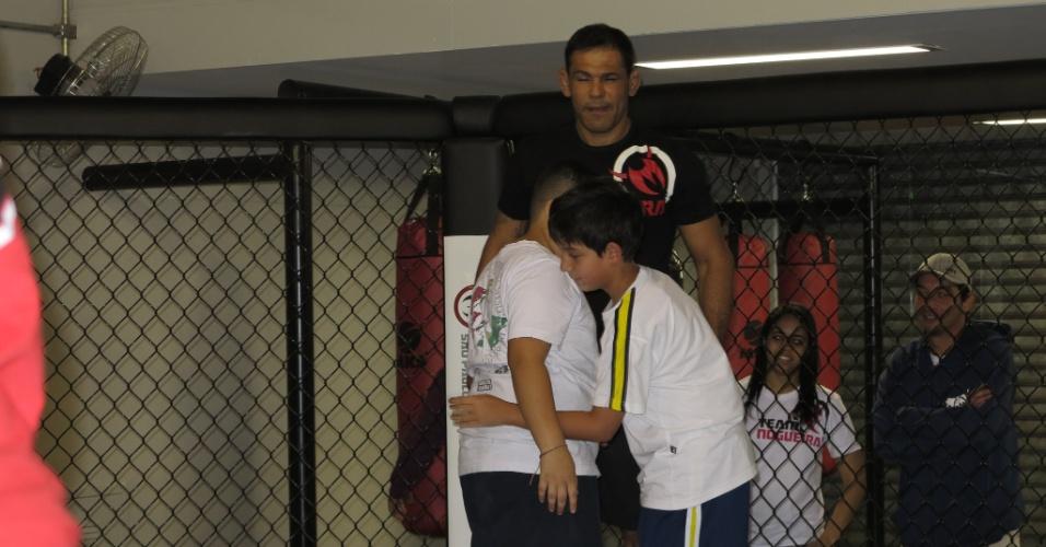 Minotauro treina com crianças em sua nova academia