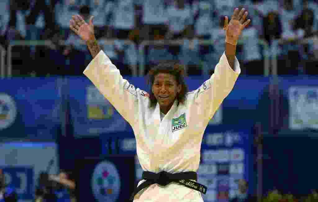 Rafaela Silva se emociona e comemora após vencer a final e garantir a medalha de ouro no Mundial de judô no Rio de Janeiro - AFP PHOTO / YASUYOSHI CHIBA