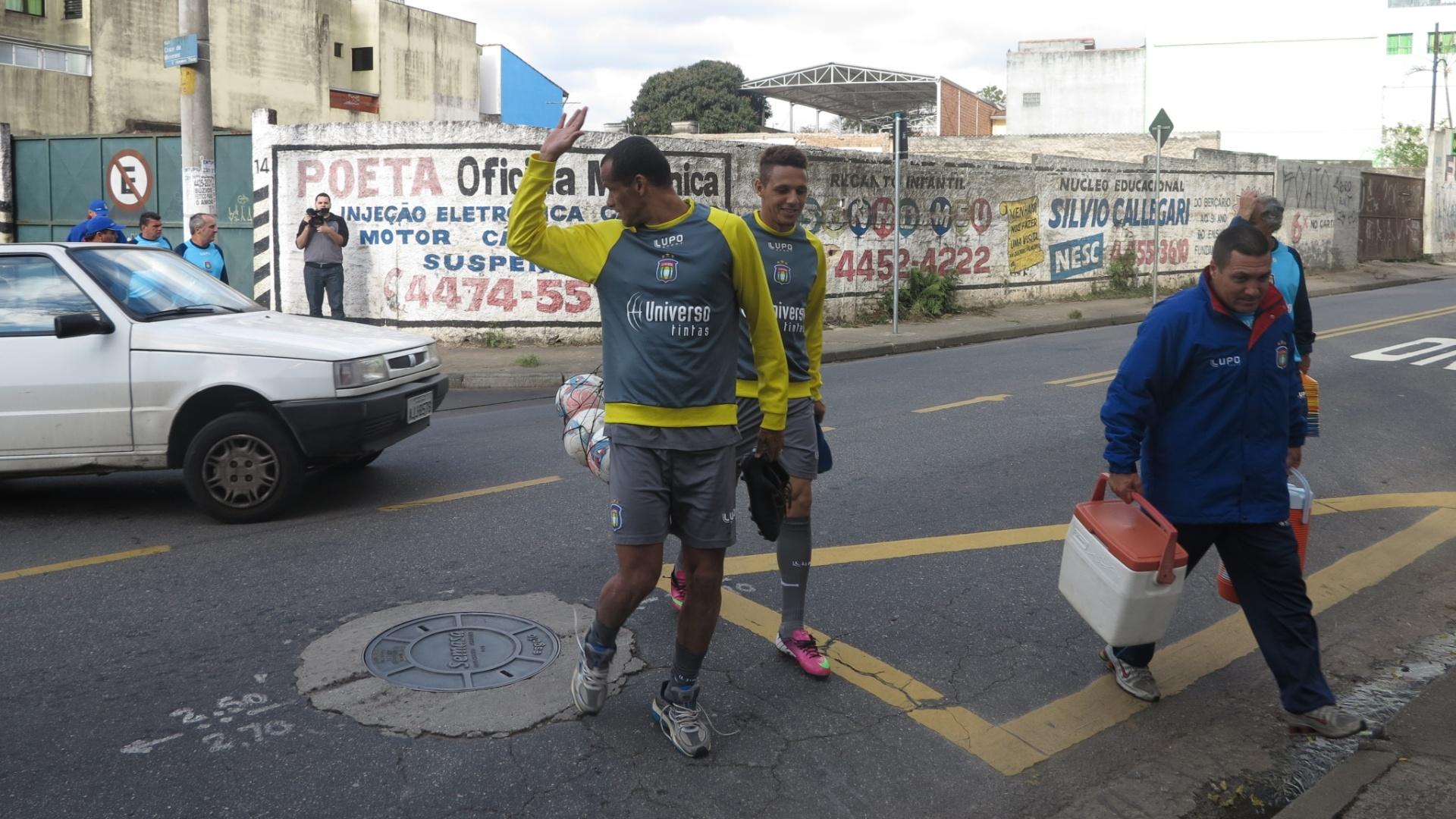 Rivaldo chega para treinar com os jogadores do São Caetano