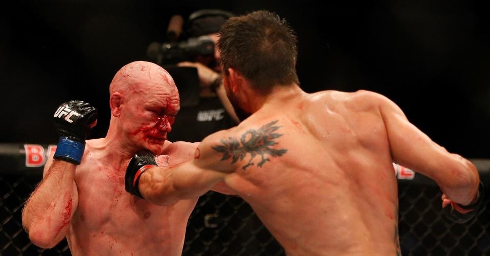 28.08.2013 - Carlos Condit golpeia Martin Kampmann e faz dinamarquês sangrar muito durante luta principal do evento em Indianápolis