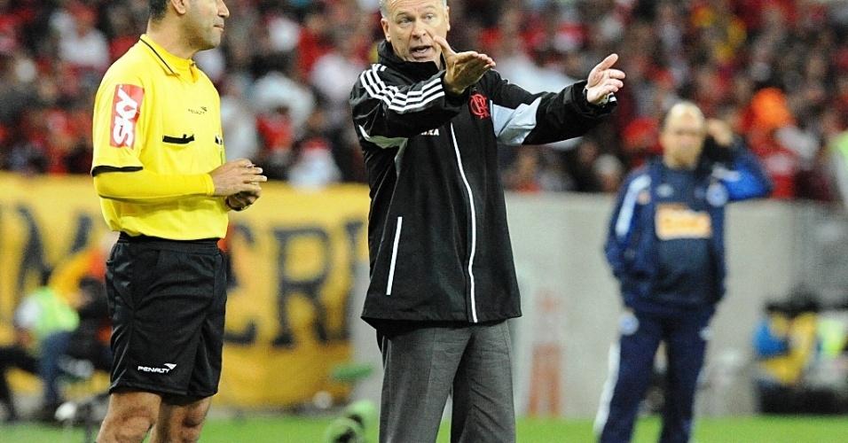 28.ago.2013 Técnico Mano Menezes reclama com quarto árbitro após marcação durante jogo entre Flamengo e Cruzeiro pela Copa do Brasil