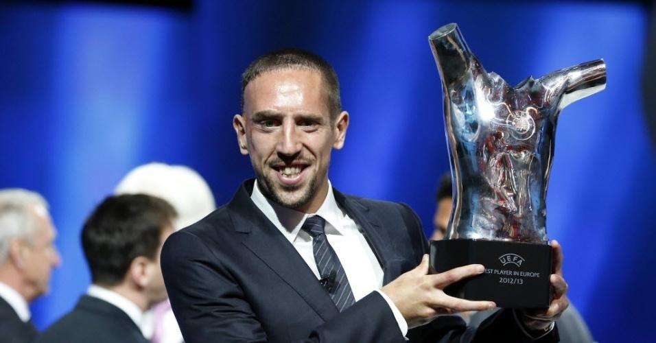 29.08.2013 - Meia francês Ribéry exibe o troféu de melhor da última temporada europeia
