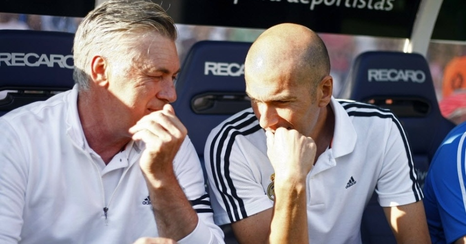 29.ago.2013 - Carlo Ancelotti (esq.), treinador do Real Madrid, e Zidane, ex-jogador da equipe merengue, conversa, durante amistoso contra o Deportivo La Coruña