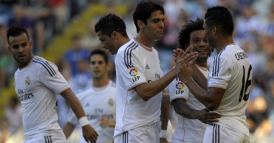 29.ago.2013 - Casemiro (dir.) cumprimenta Kaká após marcar o terceiro gol do Real Madrid no amistoso contra o Deportivo La Coruña