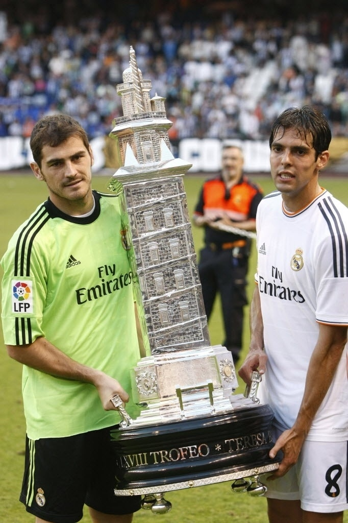 29.ago.2013 - Casillas (esq.) e Kaká levantam o troféu do torneio amistoso Teresa Herrera após o Real Madrid vencer o Deportivo La Coruña