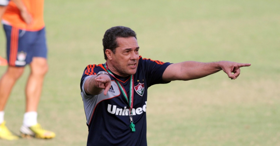 29.ago.2013 - Luxemburgo orienta jogadores do Fluminense durante treinamento nas Laranjerias