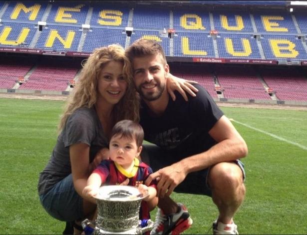 Milan posa com a taça de campeão ao lado dos pais Shakira e Piqué