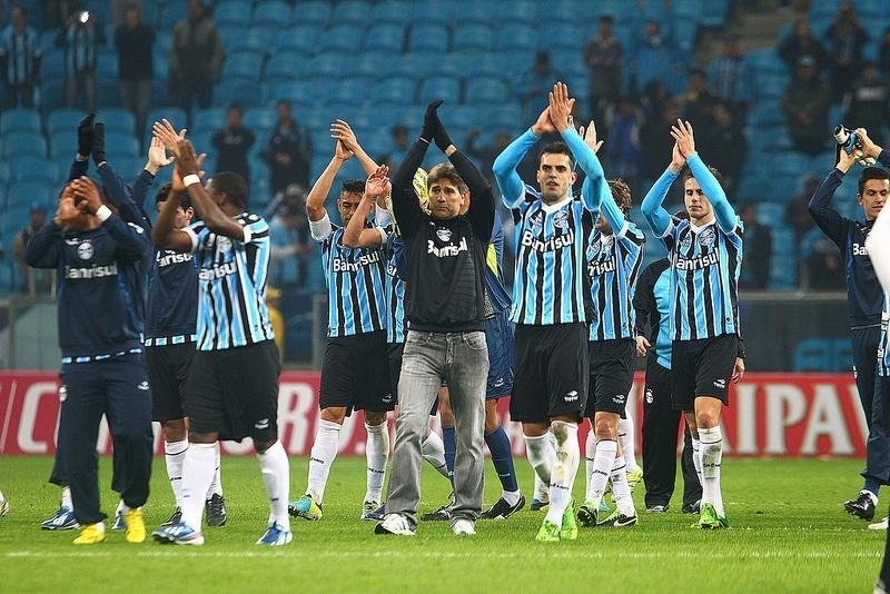 Renato Gaúcho (centro) aplaude torcida do Grêmio após vitória contra o Santos