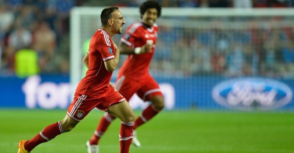 30.08.2013 - Franck Ribery corre em direção a Guardiola e comemora gol de empate do Bayern na decisão da Supercopa, contra o Chelsea
