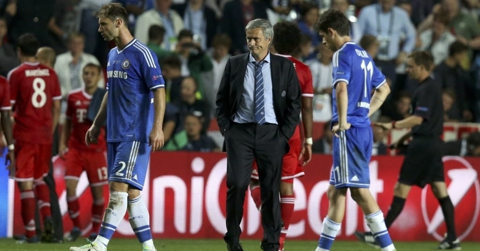 30.08.2013 - José Mourinho fica desolado após a derrota do Chelsea nos pênaltis para o Bayern de Munique