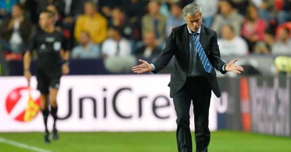 30.08.2013 - José Mourinho, técnico do Chelsea, olha para baixo e, sozinho, parece reclamar durante a partida contra o Bayern de Munique