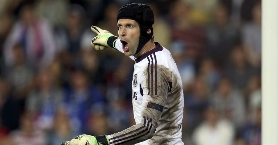 30.08.2013 - Peter Cech, goleiro do Chelsea, gesticula com os zagueiros da equipe inglesa durante o jogo contra o Bayern de Munique