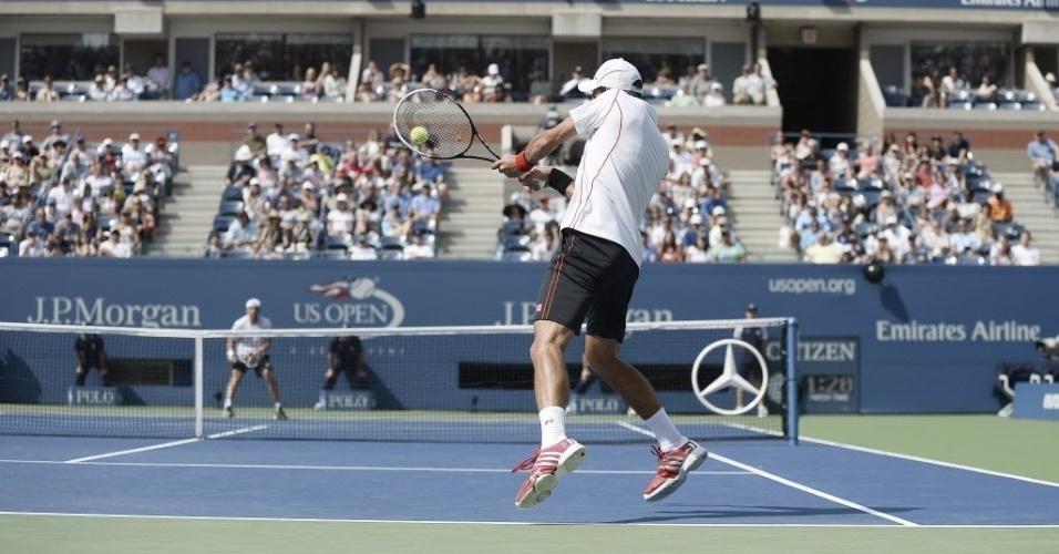 30.ago.2013 - Novak Djokovic rebate durante vitória por 3 a 0 sobre o alemão Benjamin Becker pela segunda rodada do Aberto dos EUA