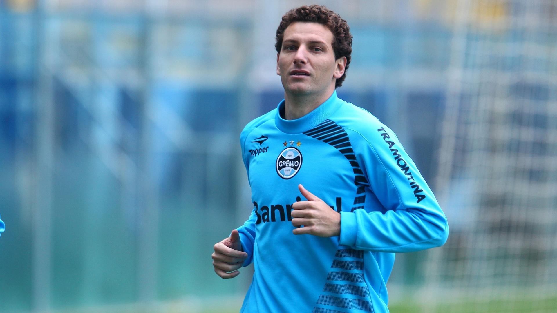 Elano volta a correr em treinamento do Grêmio após lesão na coluna