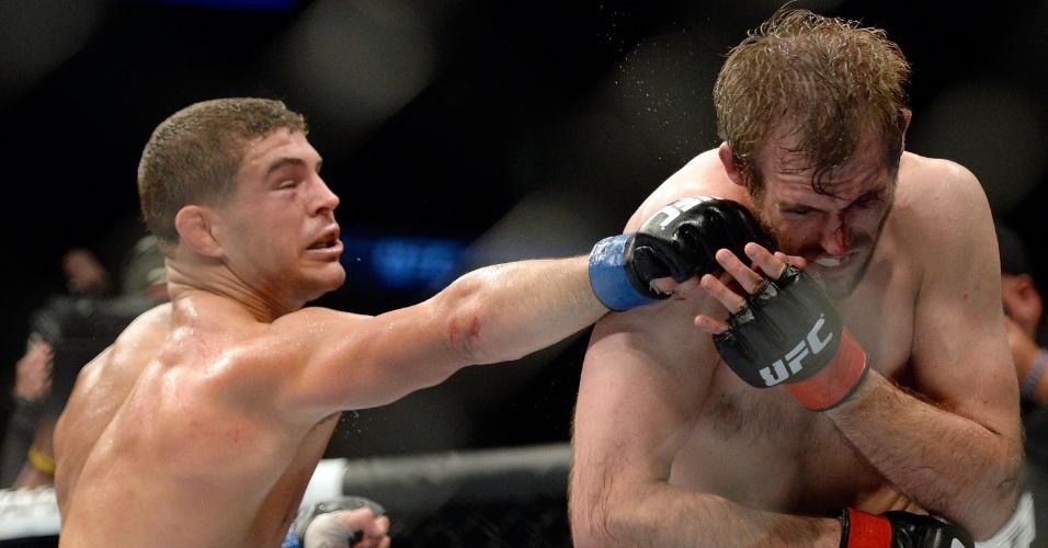 31.ago.2013 - Al Iaquinta (esq) castiga Ryan Couture durante o UFC 164