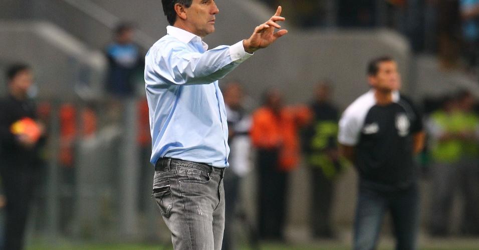 31.ago.2013 - Técnico Renato Gaúcho gesticula com seus jogadores na partida entre Grêmio e Ponte Preta, na Arena Grêmio