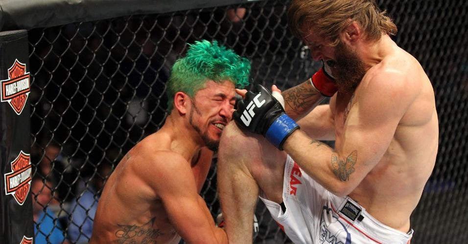 31.ago.2013 - Tim Elliott acerta joelhada em cheio Louis Gaudinot no UFC 164