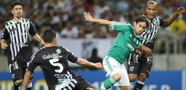 Valdivia tenta a jogada diante da marcação de Xaves na partida do Palmeiras contra o Ceará - CESAR GRECO/FOTOARENA/ESTADÃO CONTEÚDO