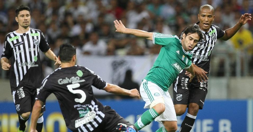 31.ago.2013 - Valdivia tenta a jogada diante da marcação de Xaves na partida do Palmeiras contra o Ceará, pela Série B