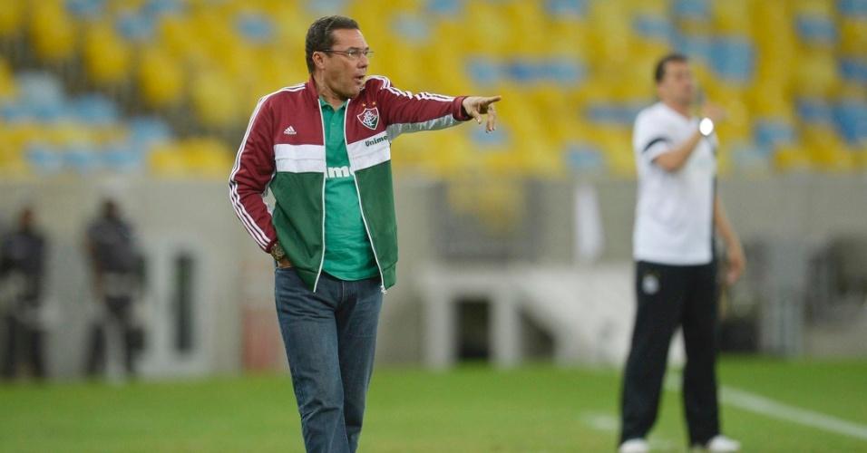 31.ago.2013 - Vanderley Luxemburgo orienta seus jogadores durante partida do Fluminense contra o Santos no Maracanã