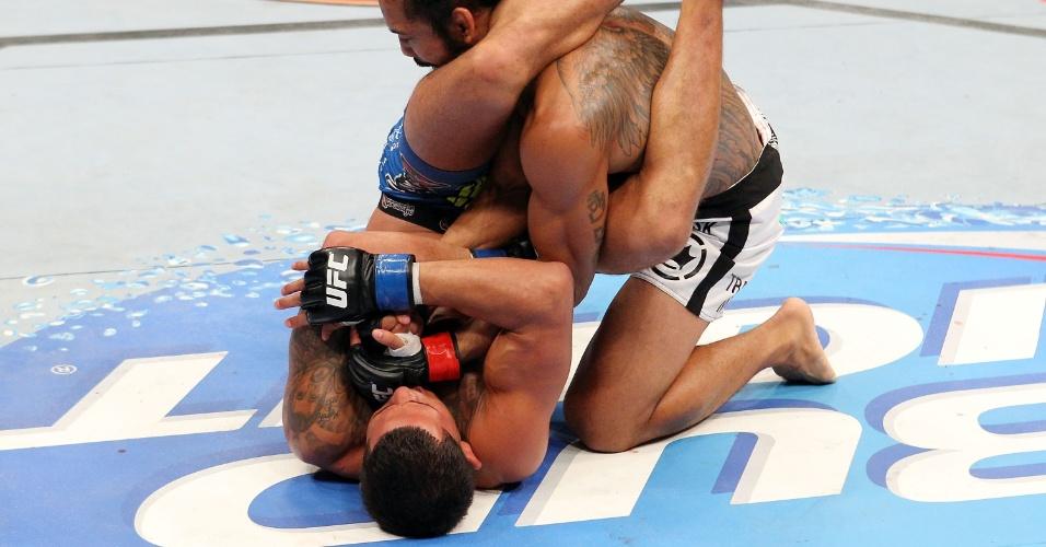 01.set.2013 - Anthony Pettis encaixa chave de braço em Ben Henderson durante o UFC 164