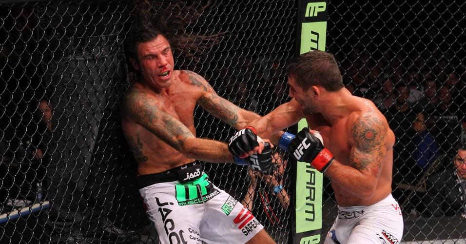 01.set.2013 - Clay Guida (esq) sofre com os socos de Chad Mendes durante o UFC 164