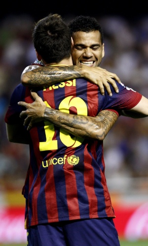 01.set.2013 - Daniel Alves comemora gol com Messi em partida do Barcelona contra o Valencia