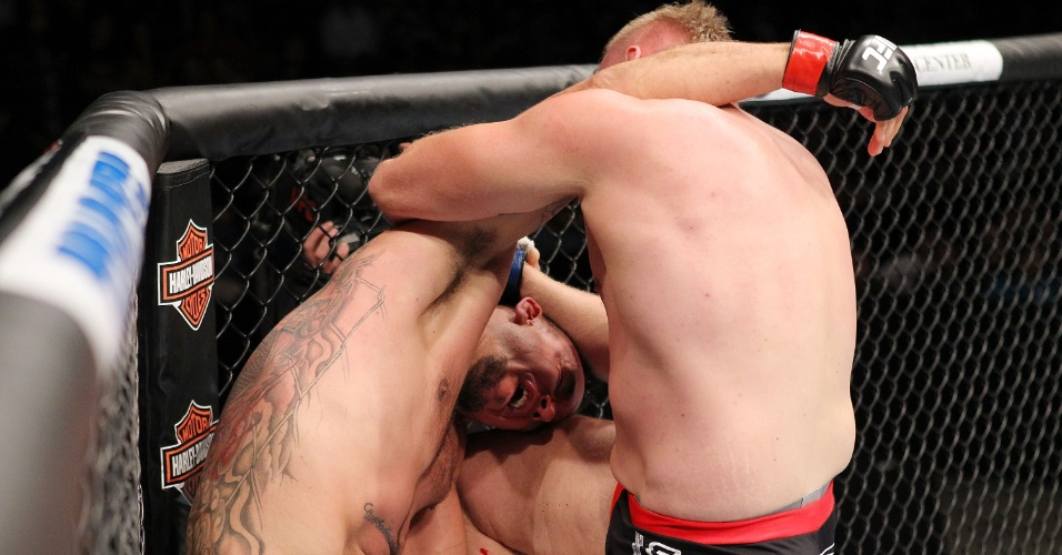 01.set.2013 - Josh Barnett acerta joelhada e leva Frank Mir a nocaute no UFC 164