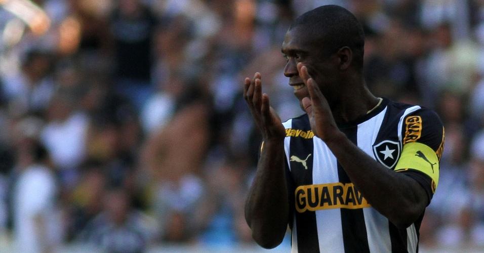 01.set.2013 - Seedorf aplaude jogada do Botafogo durante jogo contra o São Paulo pelo Campeonato Brasileiro
