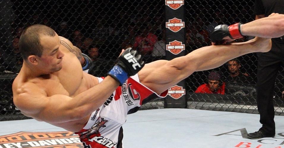 31.ago.2013 - Brasileiro Gleison Tibau tenta acertar chute em Jamie Varner durante o UFC 164