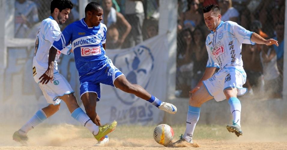 Danúbio, da Freguesia do Ó (de branco), venceu por 3 a 0 o Bafômetro, de Heliópolis. Foi o maior placar da primeira rodada das oitavas de final da Copa Kaiser