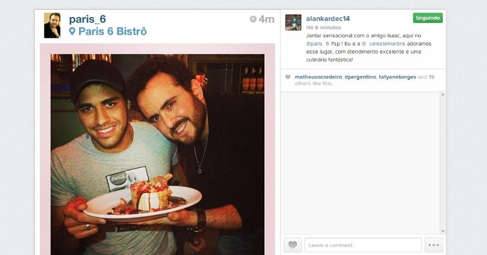 02.09.2013 - Alan Kardec, atacante do Palmeiras, posta foto com o cozinheiro Isaac Azar
