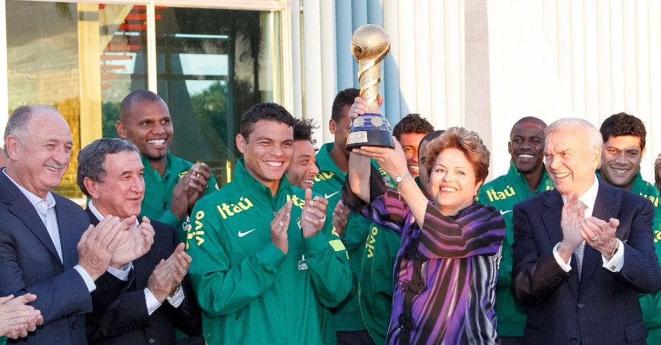 02.09.2013 - Após o anúncio do patrocinador, a seleção brasileira participou de um encontro com a presidente Dilma Rousseff, que ergueu a taça da Copa das Confederações